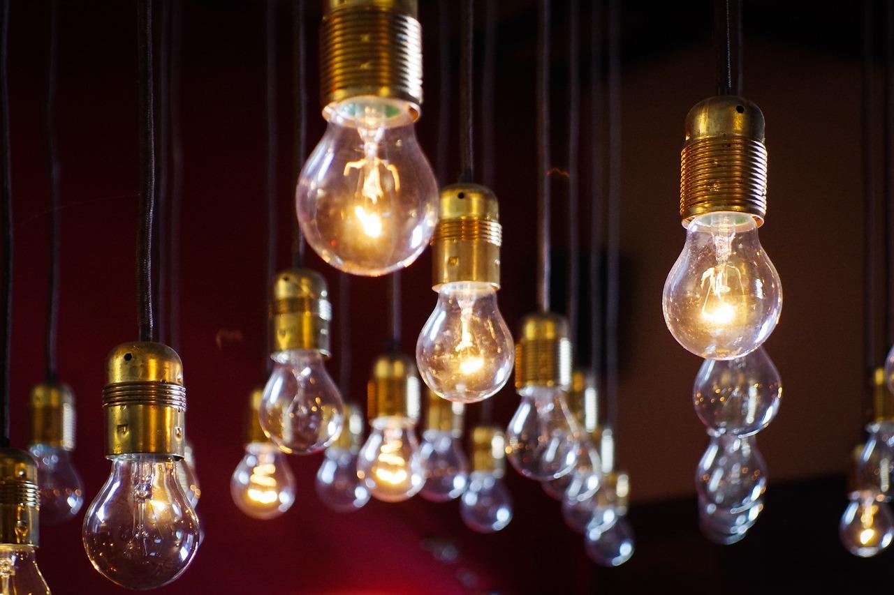 Dekoracje domu - oświetlenie ozdobnymi żarówami.
