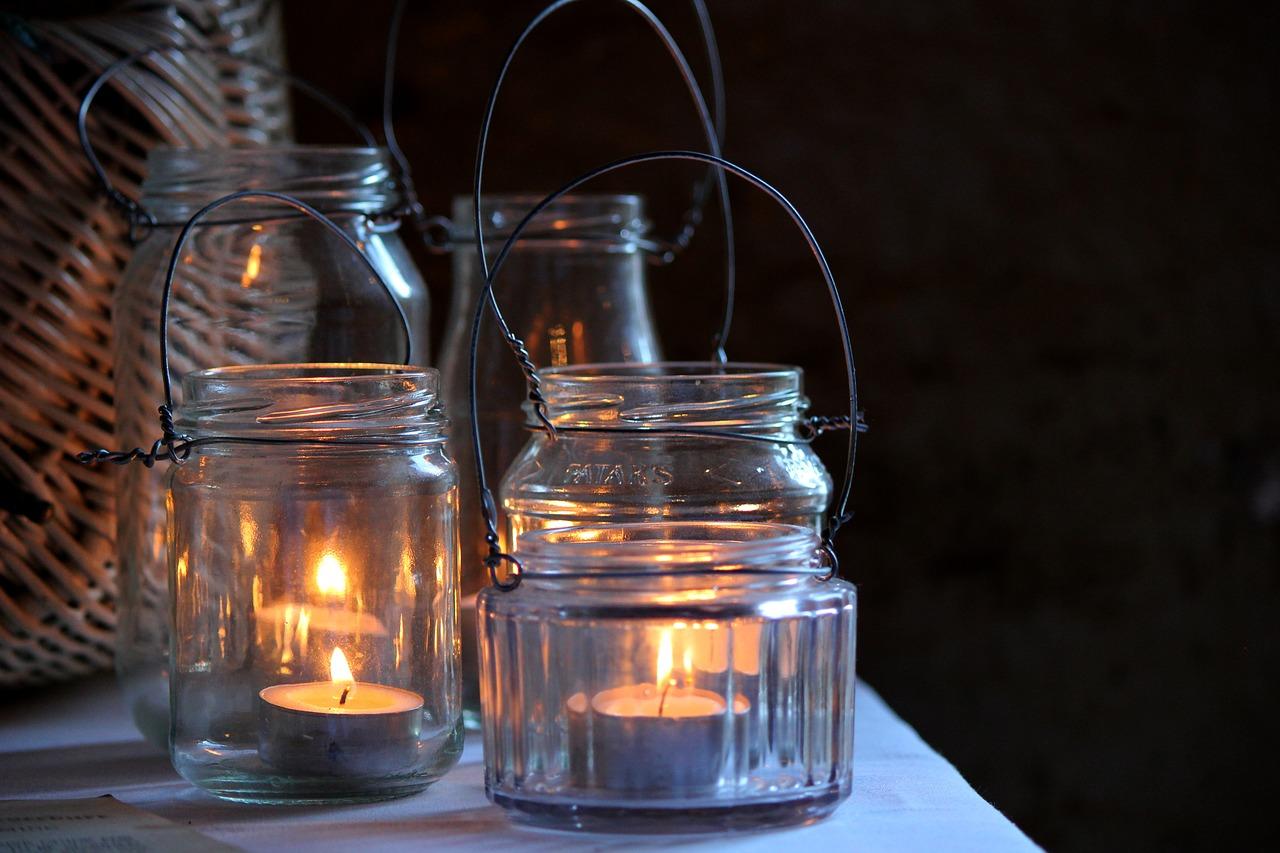 Słoiki jako dekoracyjne lampiony.