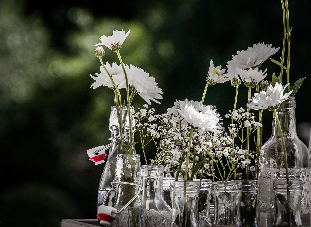 Szklane butelki jako wazony na kwiaty.