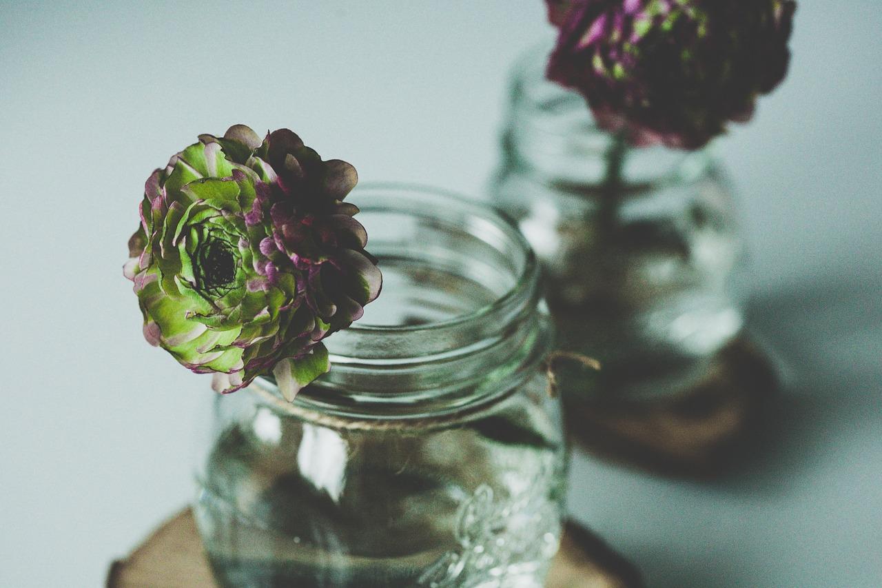 Słoik wykorzystany jaki wazonik na małe kwiaty - dekoracja stołu.