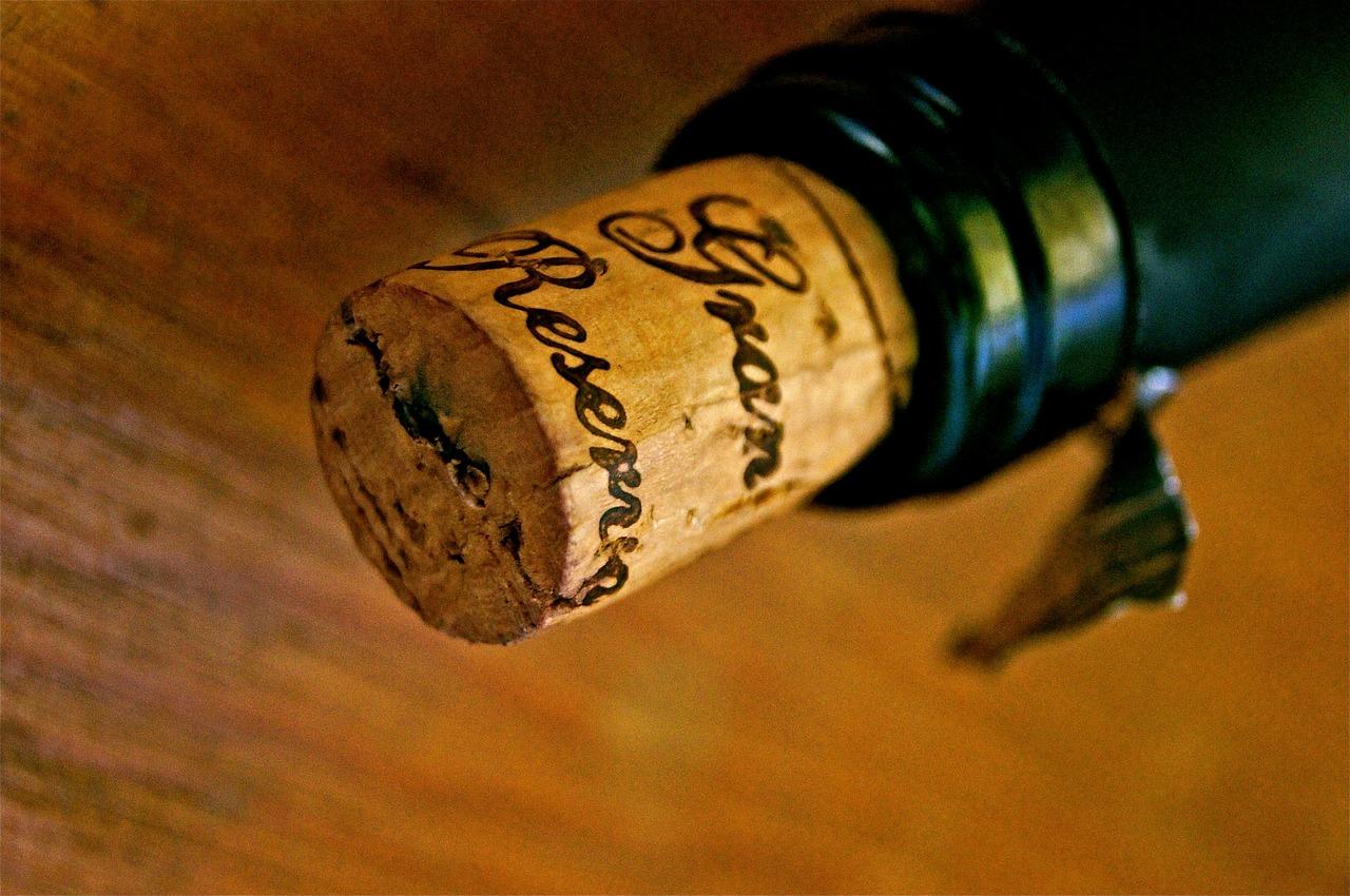 Butelka ze stylowym korkiem.