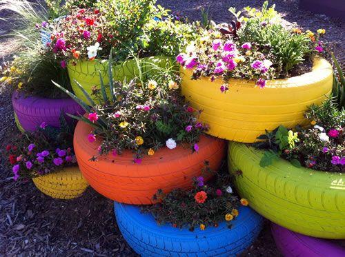 Kwietnik ogrodowy wykonany z kolorowych opon.