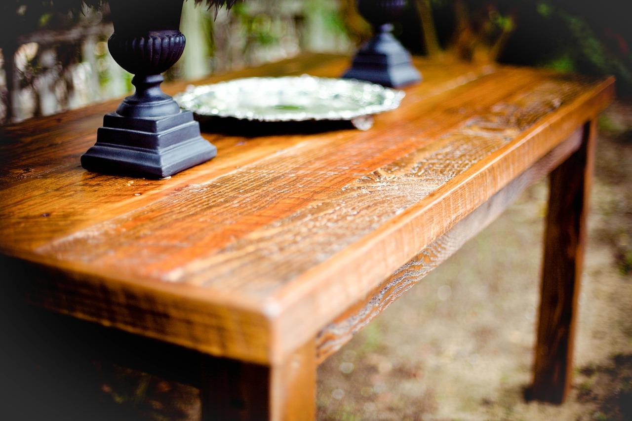 Drewniany stół w surowym wnętrzu.