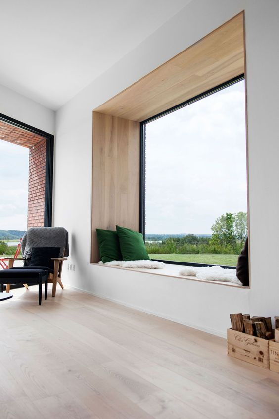 Okno PCV we wnętrzu minimalistycznego domu.